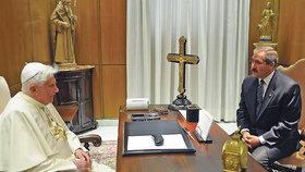 Kříž z rodného Bavorska patří taktéž odstupujícímu papeži.