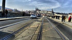 Místo nehody den poté: tady došlo 5. března k hororovému výjevu, kdy řidič osobního auta najel do lidí a dva chodce smetl do Vltavy