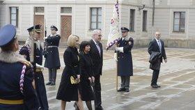 První dáma Ivana Zemanová je oblečena celá v černém, první dcera Kateřina zvolila kombinaci černé se žlutou