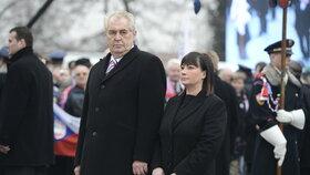 Miloš Zeman a Ivana Zemanová míří při inauguaraci k soše T. G. Masaryka na Hradčanském náměstí