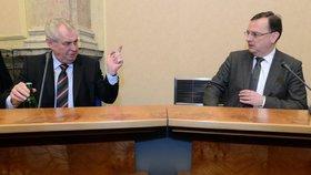 Prezident Zeman zdvihá varovný prst: Vláda premiéra Nečase to s ním nebude mít snadné.