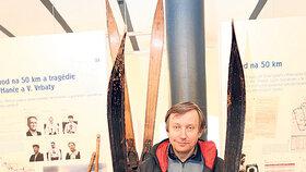 Ředitel Krkonošského muzea Jan Luštinec s Hančovými lyžemi