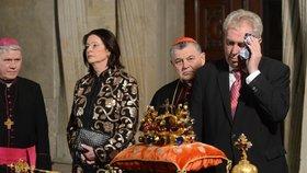 Ve Svatovítské kapli byla sice zima, Miloš Zeman se přesto nezvykle potil.