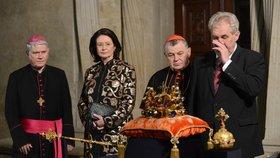 Miloš Zeman si utírá nad korunovačními klenoty nos