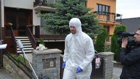 Na místě čtyřnásobné vraždy v domku v Brně-Ivanovicích pracovali i kriminalisté ve speciálních oblecích.