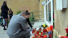 U školy, kde učila zavražděná učitelka Veronika H., zapalovali lidé svíčky.