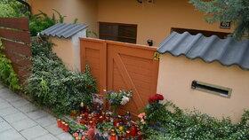 Před domem, kde se hrůzný zločin stal, hoří vedle květin svíčky.