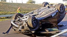 Vůz Rezešové-Varholíkové zůstal po autonehodě obrácený na střeše.
