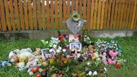 Na místo, kde dívky zahynuly, lidé stále nosí květiny a plyšové hračky.