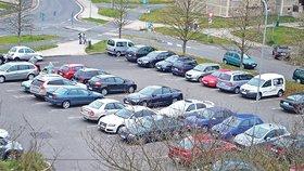 Stejné parkoviště dnes, je mnohem plnější