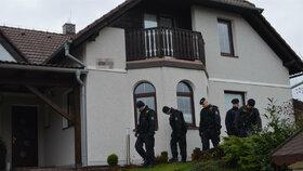 Policisté při pátrání po vrahovi Romana Housky prošli i pozemky jeho sousedů