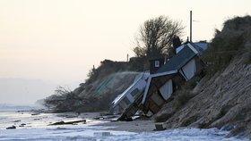 Do vody se sesunulo pět pobřežních bungalovů