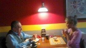 Schwarzenberg vzal svou ramlici na rande do indické restaurace. Oba mají evidentně rádi pikantní stravu.