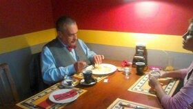 Karel si indické jídlo vychutnával. Stejně jako svůj mladý doprovod.