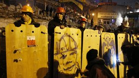 Demonstranti střeží barikády ve dne i v noci.