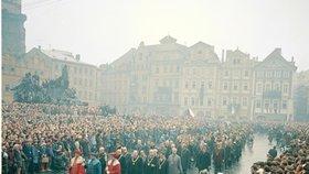 Pohřební průvod za rakví Jana Palacha prochází mezi davy lidí na Staroměstském náměstí. V průvodu jdou hodnostáři Karlovy univerzity.