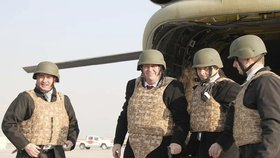 Miloš Zeman v Afghánistánu oblékl i neprůstřelnou vestu a na hlavu nasadil helmu