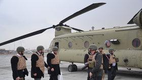 Delegace v čele s prezidentem Zemanem se na afghánskou základnu dostala americkými vrtulníky.