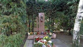 Hrob Alexandra Dubčeka v Bratislavě na hřbitově ve Svlávičiem údolí