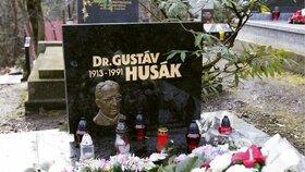 Hrob Gustáva Husáka se nenachází na tom samém hřbitově, jako Dubčekův. Exprezident Husák zemřel v Bratislavě, pochovali ho na hřbitově v Dúbravce