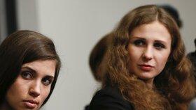 Naděžda Tolokonnikovová (vlevo) a Marija Aljochinová chtěly v Soči natočit film o Putinovi.