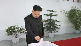 Kim Čong-un si hází do urny hlas.