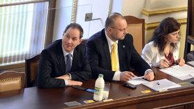 Místopředseda Sněmovny Petr Gazdík vyrazil do sněmovních lavic s mlékem.