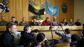 Separatisté ukázali své rukojmí. Který z nich je zajatý český voják se ale zatím neví