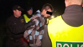 Policie odvádí řidiče, který srazil policistku. Ta v nemocnici svým zraněním podlehla