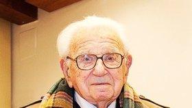 """Nicholas Winton slaví 105. narozeniny. Malou oslavu mu přichystaly i některé """"jeho"""" děti."""
