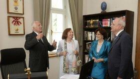 Václav Klaus provádí manžele Gašparovičovy po své kanceláři