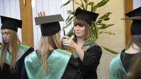 Kateřina Zemanová upravuje čtvercový klobouček své spolužačce