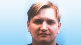 Denis byl střední, 174 cm vysoké postavy a měl kulatý obličej, modré oči a krátké plavé vlasy.