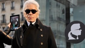 Karl Lagerfeld je velmi osobitý a moc dobře to o sobě ví.