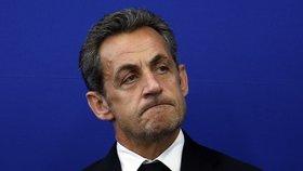 Sarkozy je obviněn z úplatkářství, zneužití moci a porušení služebního tajemství.