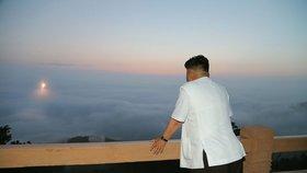 2014: To je krása! Dojatý Kim pozoruje raketu letící nad oceánem.