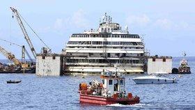 Technici začali vyzvedávat vrak výletní lodi Costa Concordia