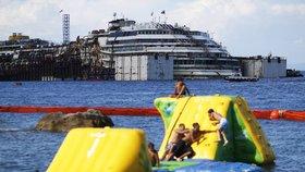 Koupání u Costy Concordie zanedlouho skončí, loď zamíří do janovského přístavu