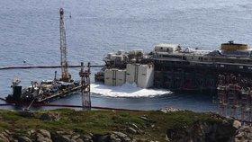 Vyzvedáváním havarované výletní lodi Costa Concordia začala složitá operace převozu lodi