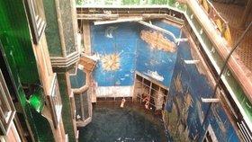 Obrovské atrium nyní připomíná bazén.