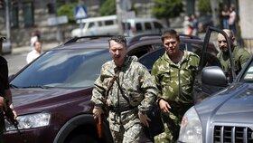 Strelkov oblkopen vazali míří na válečnou poradu separatistů.