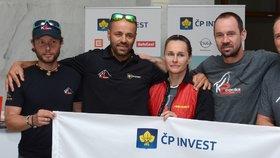 Lucie Výborná s horolezeckou skupinou Radka Jaroše, se kterým právě zdolává horu K2.