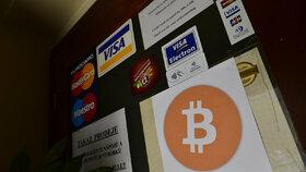 Kromě platebních karet se v restauraci dá platit i bitcoiny, upozorňuje na to nová cedulka.