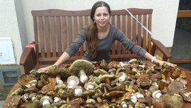 Z houbařské výpravy na Šumavu se vrátila Petra Vondrová se třemi koši plnými hřibů. Když je doma rozložila na stole, zabraly ho celý.