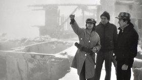 Eva Kopáčová při rekonstrukci popisuje vyšetřovatelům, jak ústav podpálila.