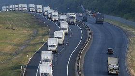 Od středečního poledne parkovaly náklaďáky poblíž hranic s Ukrajinou