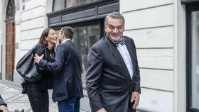 Volby 2014: Do štábu ODS dorazil i exprimátor Bohuslav Svoboda. Vyprovodila ho radní na Praze 2 Alexandra Udženija