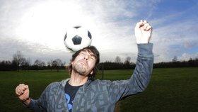 Vědci varují před rizikem demence často hlavičkujících fotbalistů.