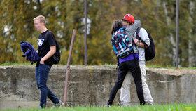Chmurným dopolednem zněl včera pláč spolužaček mrtvého Petra, studenti se objímali.