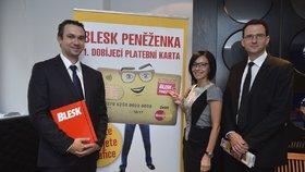Generální ředitelka Czech News Center Libuše Šmuclerová, šéfredaktor Blesku Radek Lain (vlevo) a ředitel výroby distribuce Libor Berka slavnostně představili Blesk peněženku